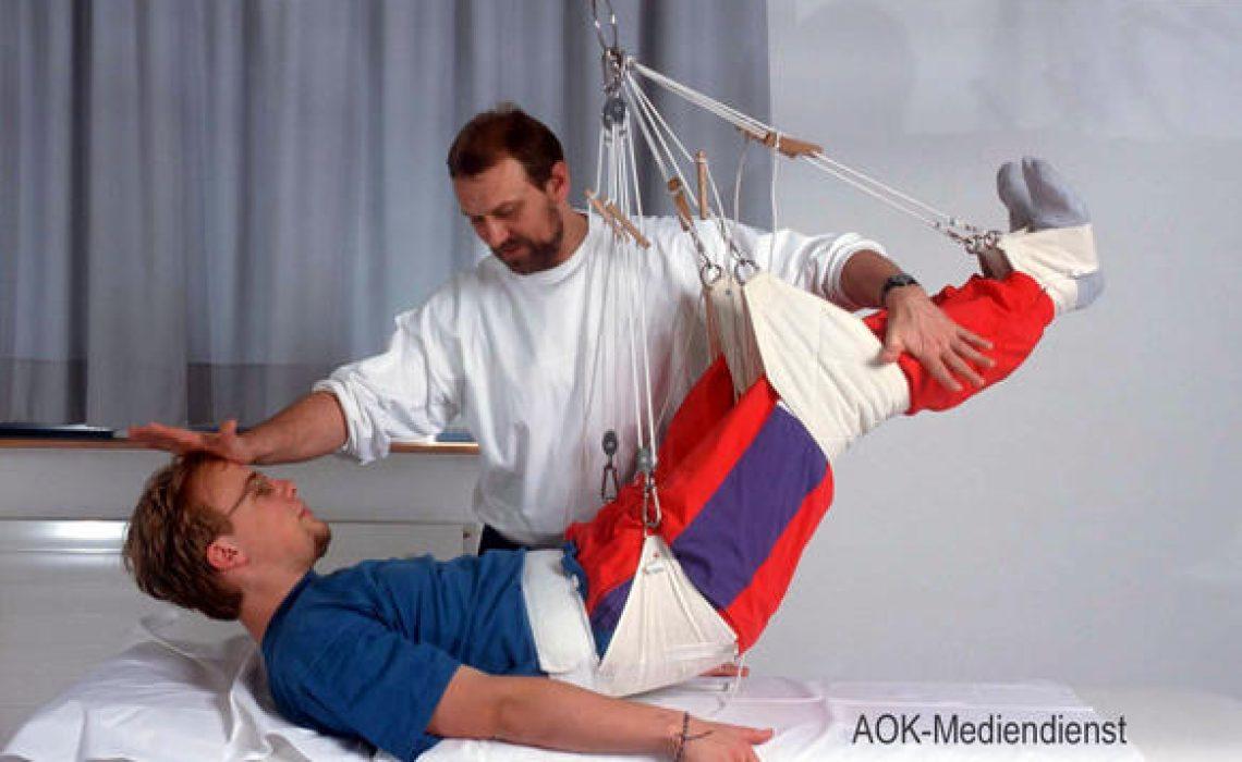 Rehabilitation: Ein Patient bei der physiotherapeutischen Behandlung im Schlingentisch.